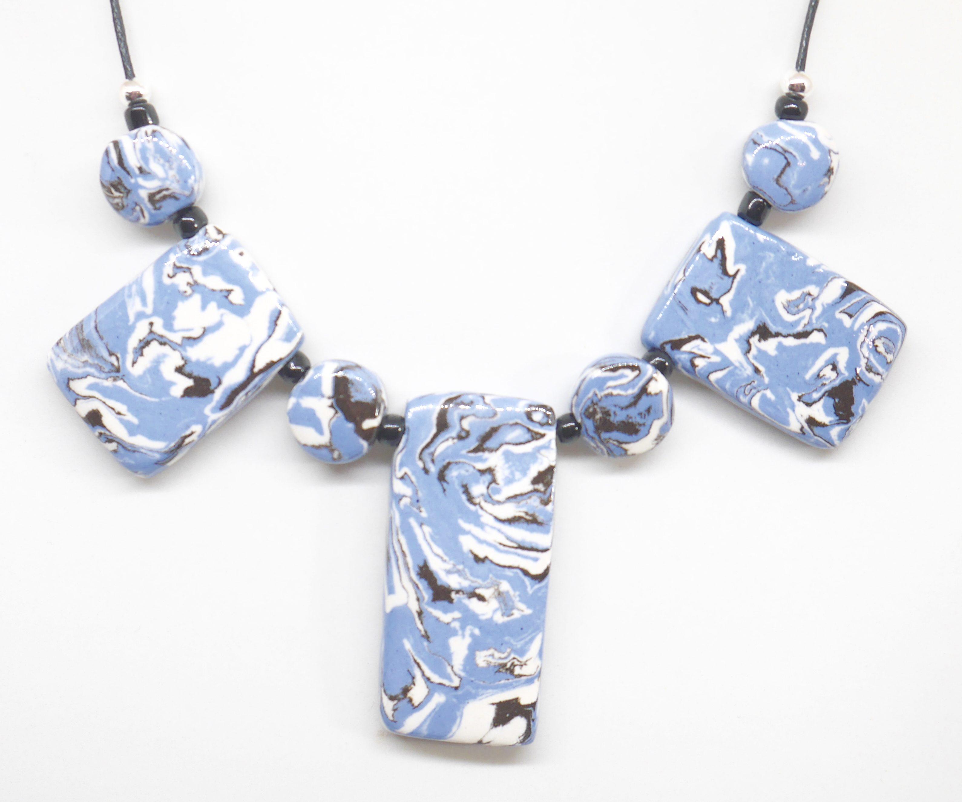 Collier artisanal bleu terre mélé de Nadia Eskenazi Ceramic-Mac, créatrice de bijous de fantaisie
