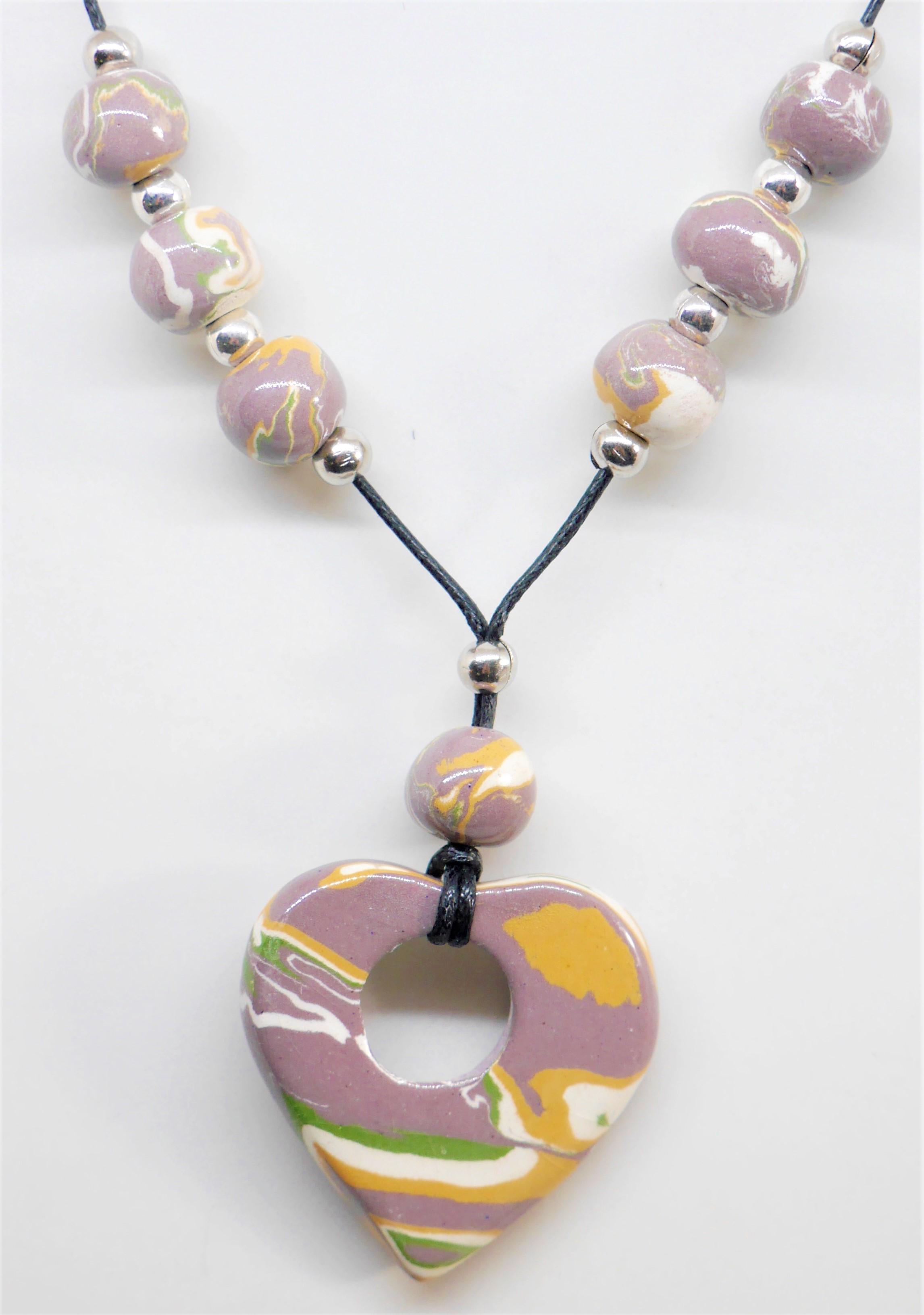 Collier artisanal beige terre mélé de Nadia Eskenazi Ceramic-Mac, créatrice de bijoux de fantaisie